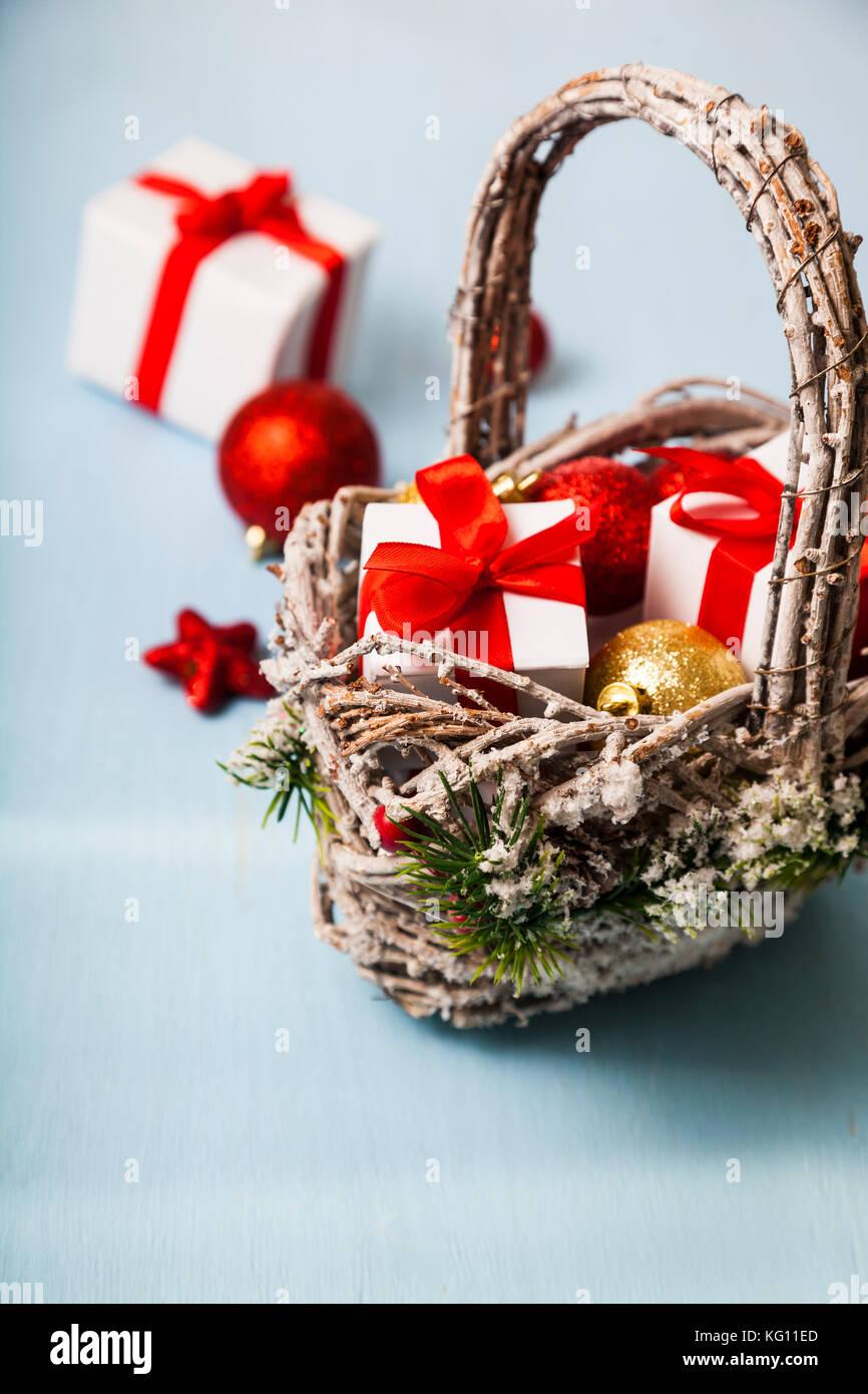 Korb mit Weihnachtsgeschenke auf einem blauen Hintergrund ...