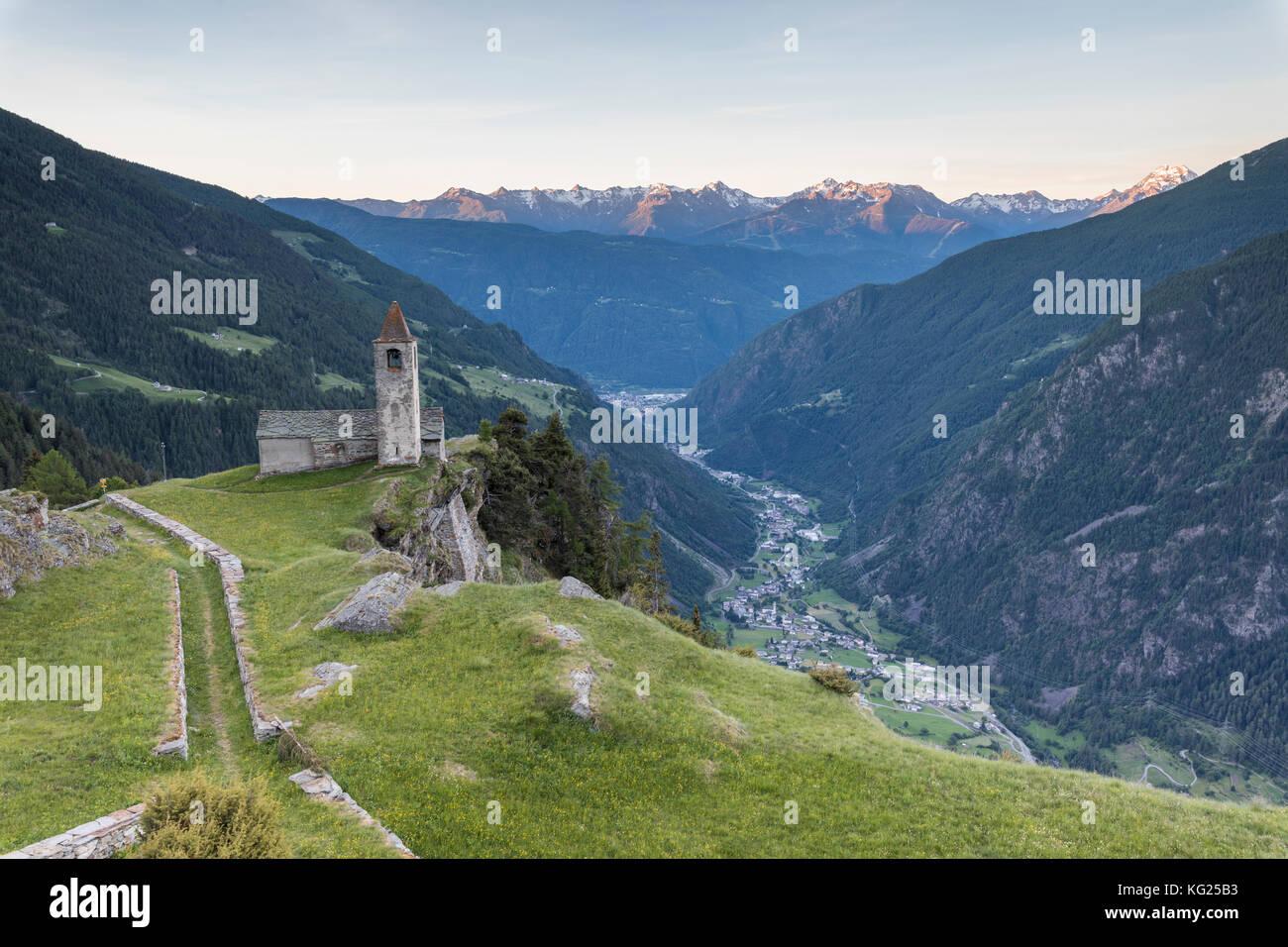Alte Kirche bei Sonnenaufgang, San romerio Alp, Graubünden, Kanton Graubünden, Puschlav, Schweiz, Europa Stockbild