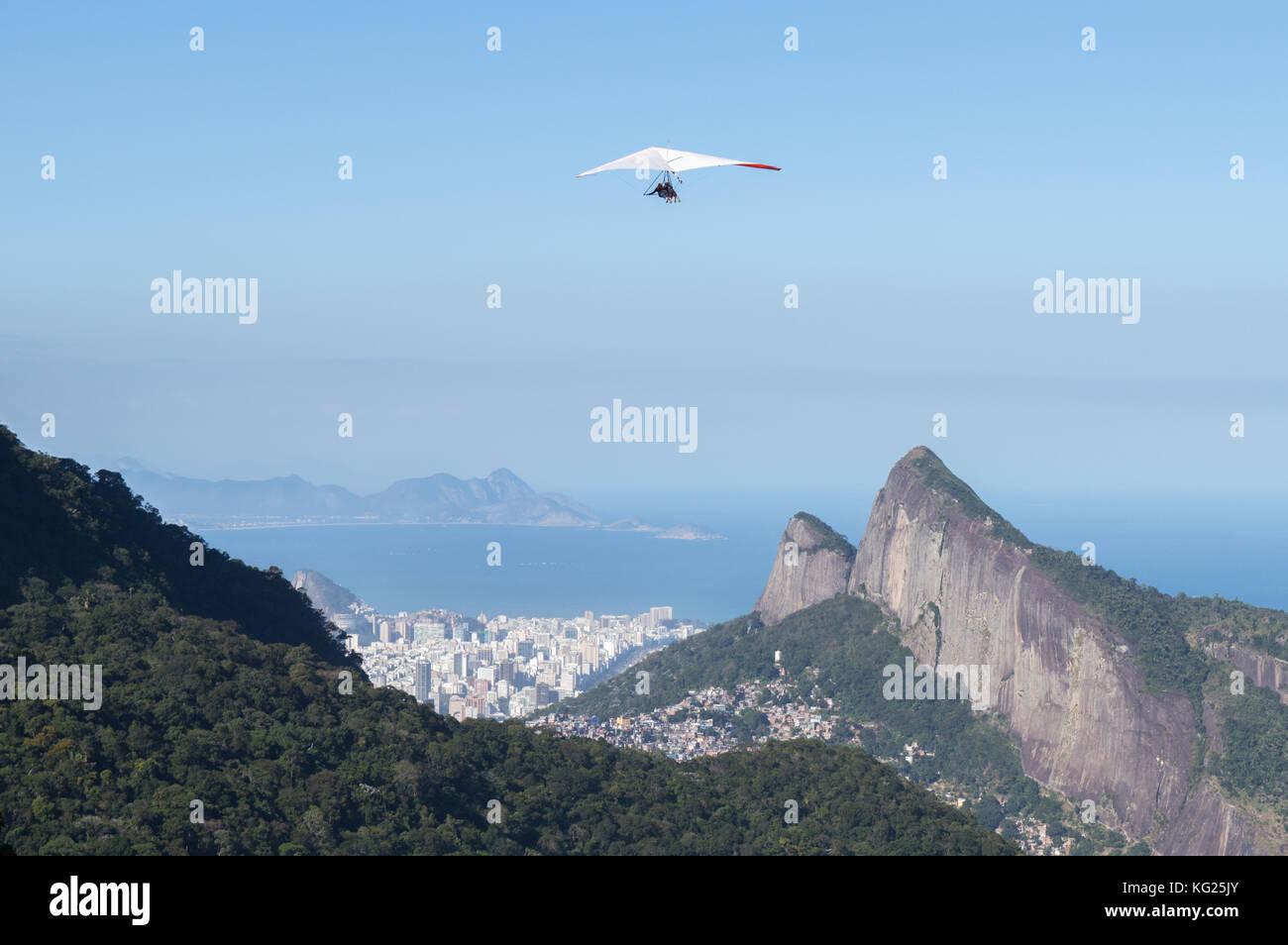 Drachenfliegen in Rio de Janeiro, Brasilien, Südamerika Stockbild
