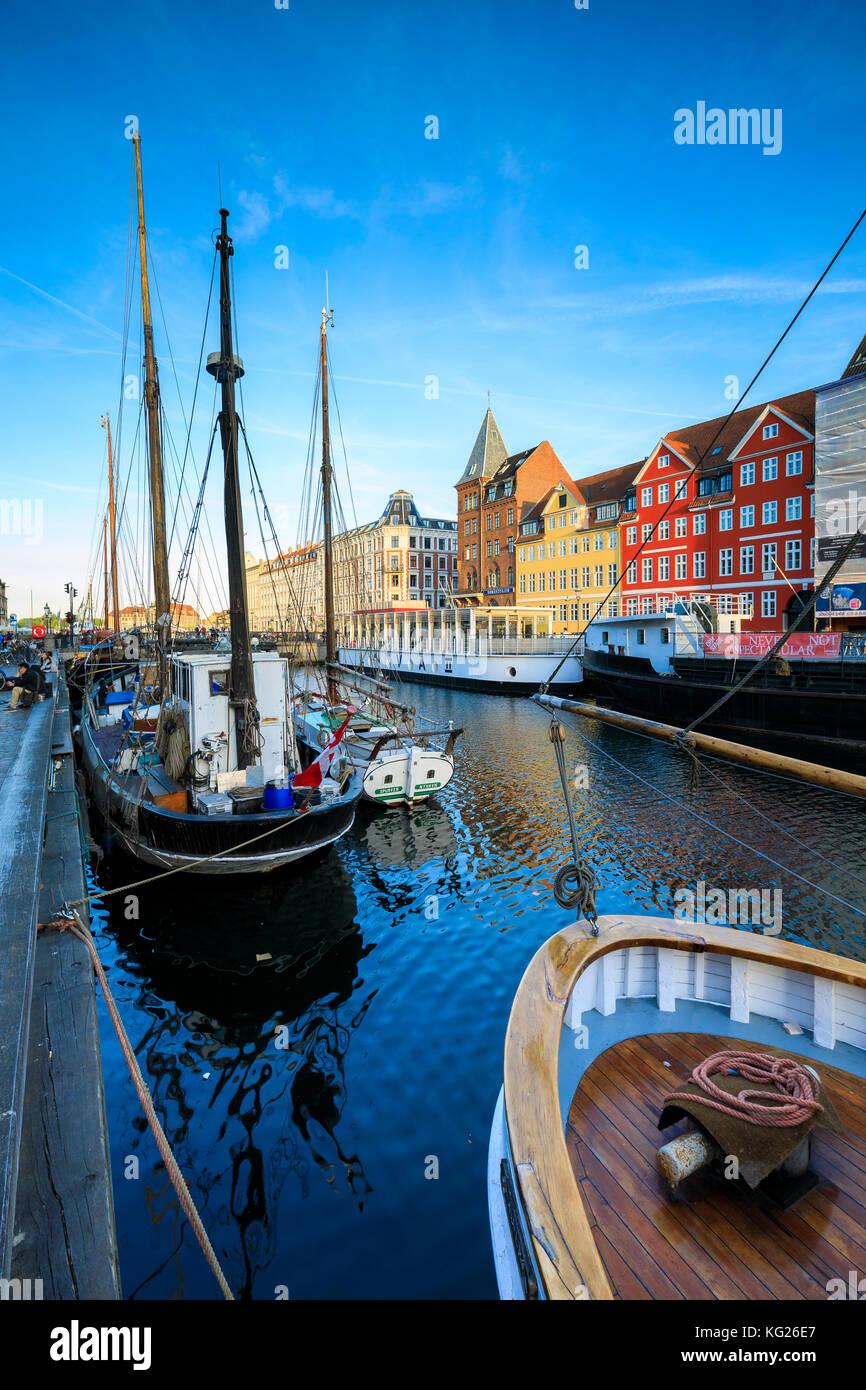 Boote in Christianshavn Kanal mit typischen bunten Häuser im Hintergrund, Kopenhagen, Dänemark, Europa Stockbild