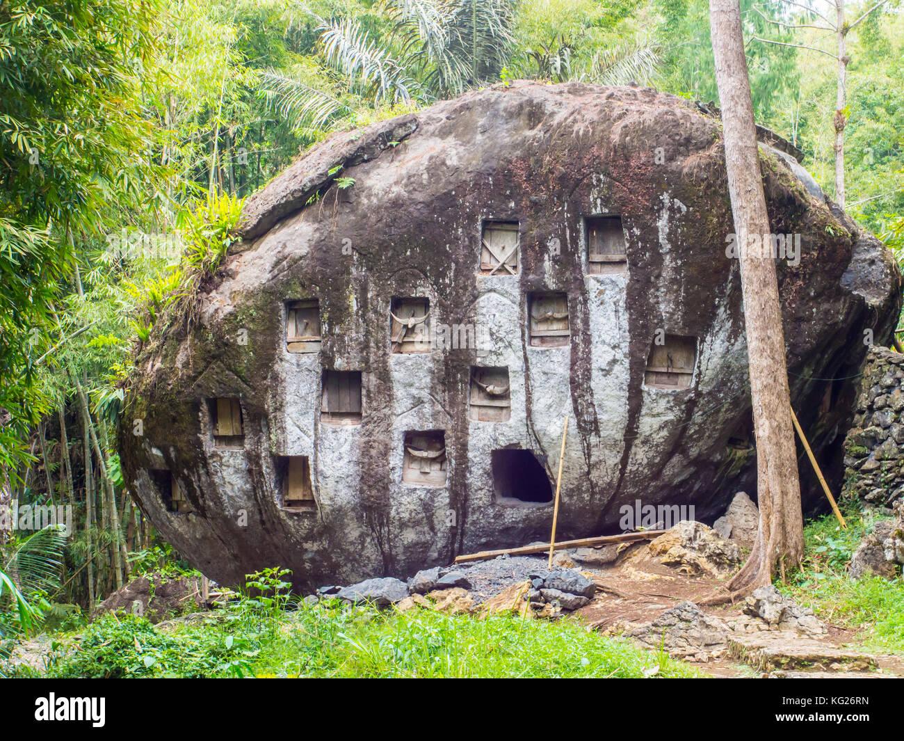 Wo es keine Felsen oder Höhlen, Krypten sind in boulders, Tana Toraja, Sulawesi, Indonesien, Südostasien Stockbild