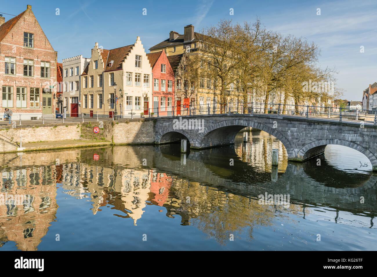 Brücke und Häuser auf dem Kanal Langerei, Brügge, Westflandern Provinz, Region Flandern, Belgien, Stockbild