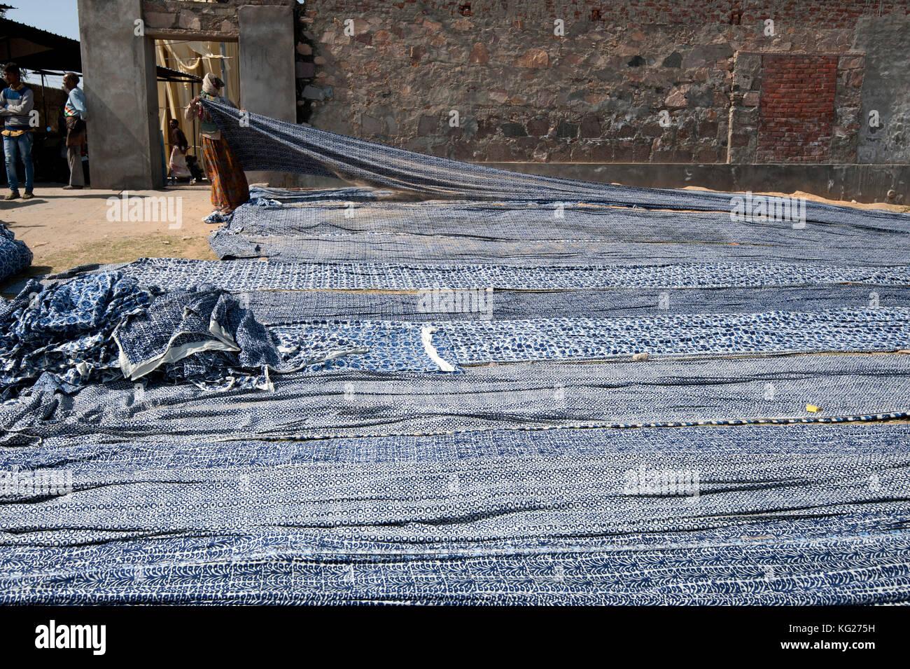 Schrauben aus Baumwolle, Bildschirm mit Indigo gedruckt, das Trocknen in der Wüste Sonne, bagru, Rajasthan, Stockbild