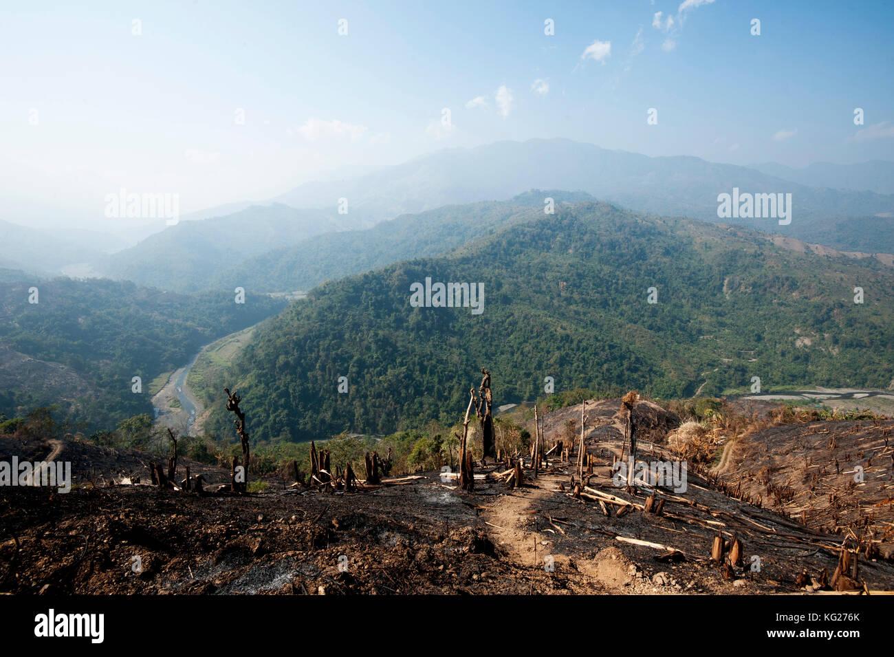 Grünen Naga hills Stretching in der Ferne, von Braun verbrannte Hügel nach dem Schrägstrich und System Stockbild