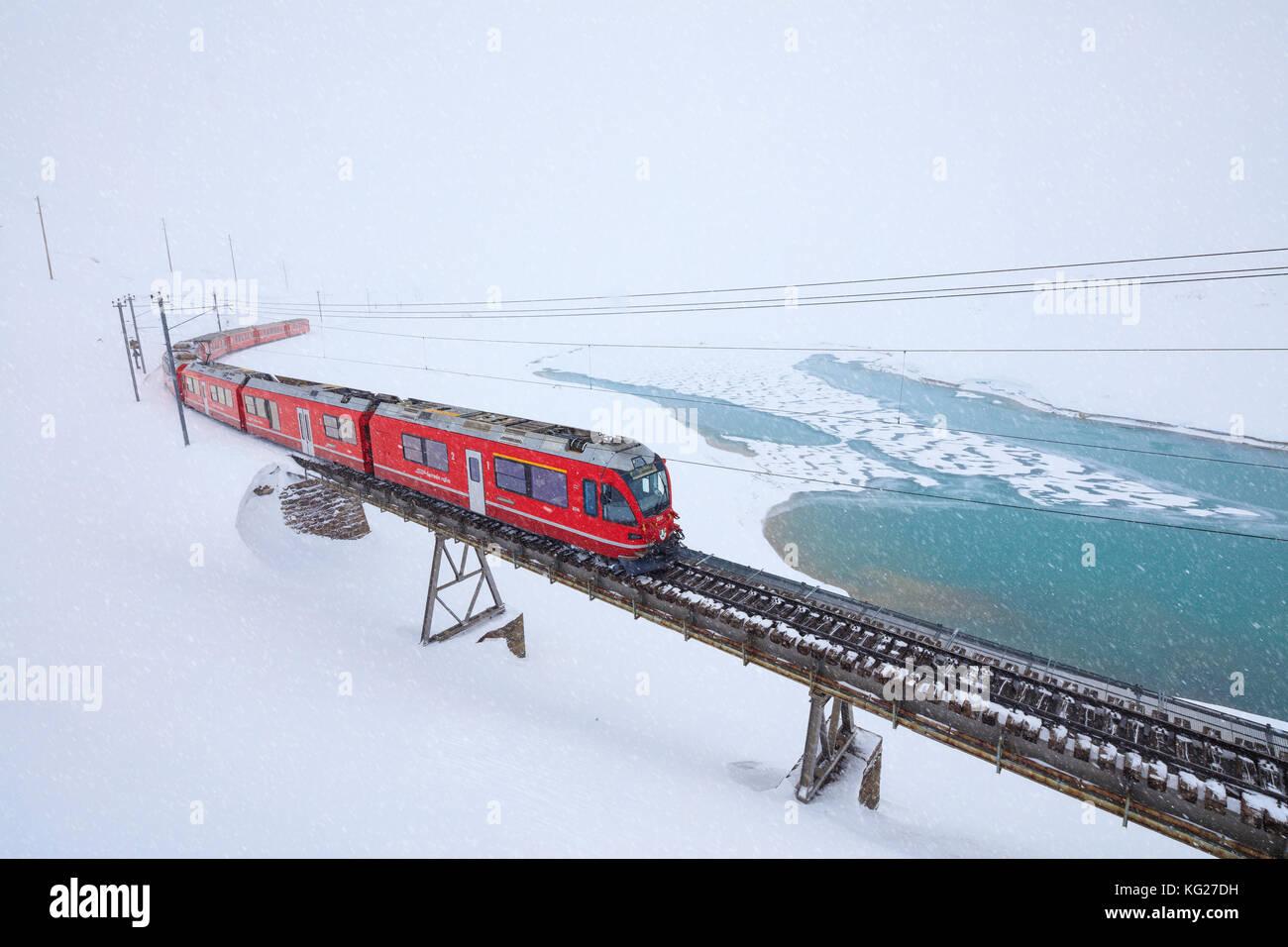 Bernina Express am Berninapass nach einem Schneefall, im Engadin, Kanton Graubünden, Schweiz, Europa Stockbild