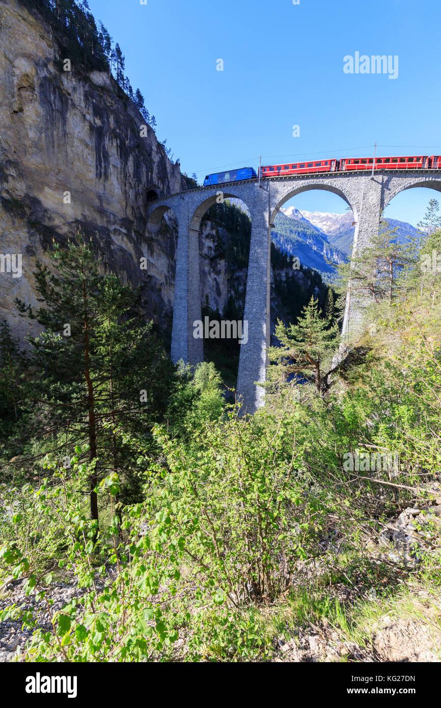 Bernina Express Zug auf Landwasser Viadukt, UNESCO-Weltkulturerbe, filisur, Albula Region, Kanton Graubünden, Stockbild