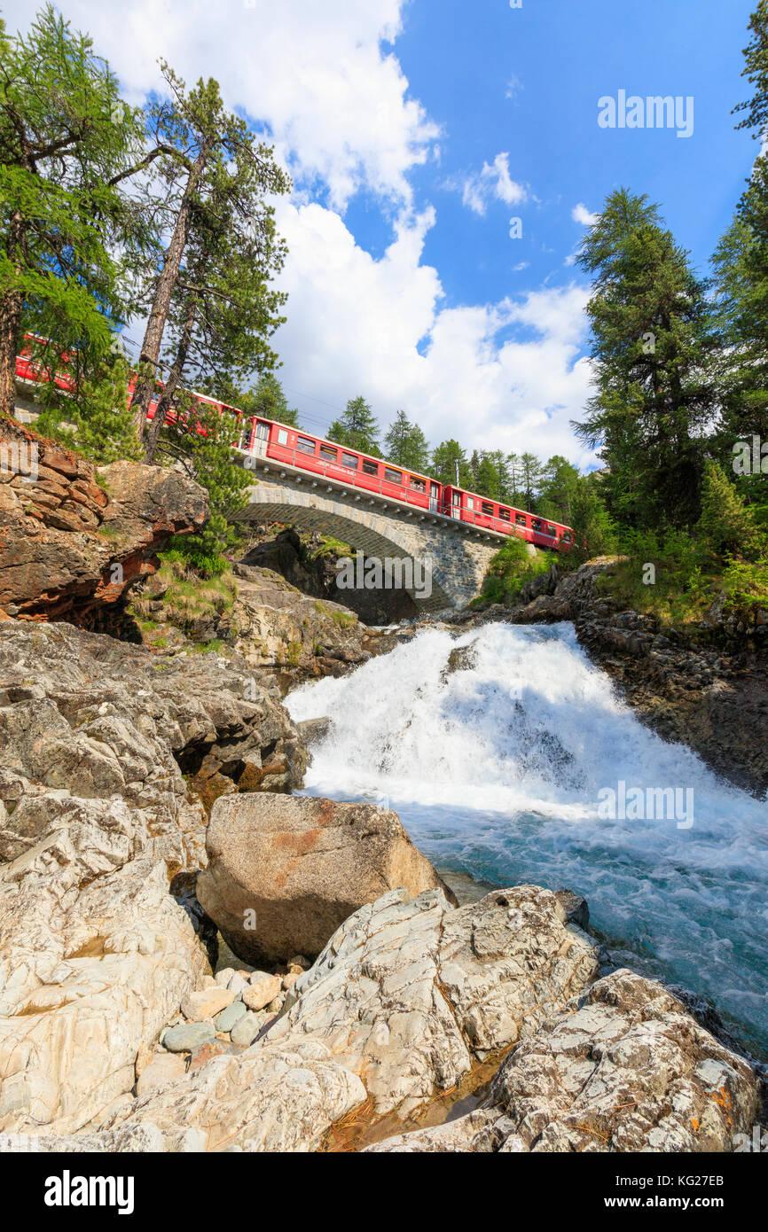 Bernina Express über eine alpine Creek, morteratsch, Engadin, Kanton Graubünden, Schweiz, Europa Stockbild