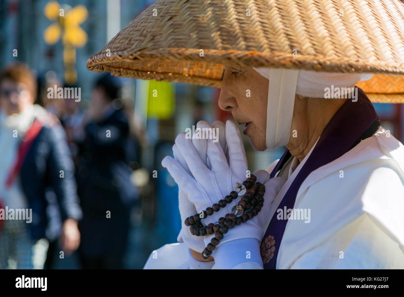 Japanische weiblichen buddhistischen Mönch Almosen an der Kiyomizudera Tempel in Kyoto, Japan, Asien Stockbild