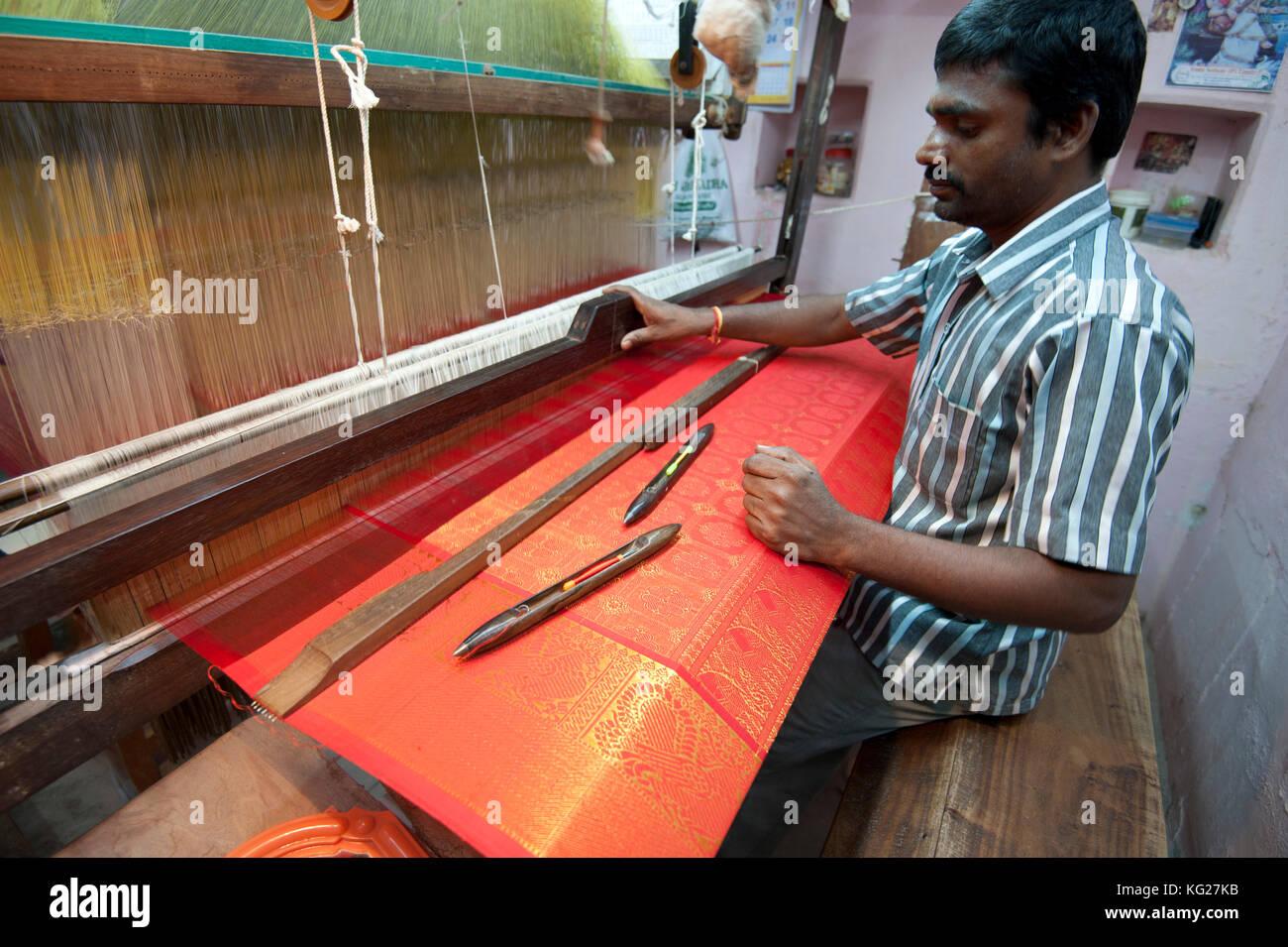 Silk Weaver an seinem Webstuhl, der in seinem Haus, gesucht, Weberei nach Rot und Gold kanchipuram Seiden-sari, Stockbild