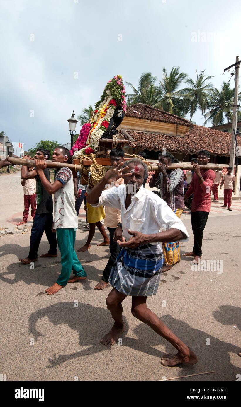 Männer tanzen als Bronze gottheit bedeckt mit puja Mala (Girlanden) entlang der Straße, tranquebar, Tamil Stockbild