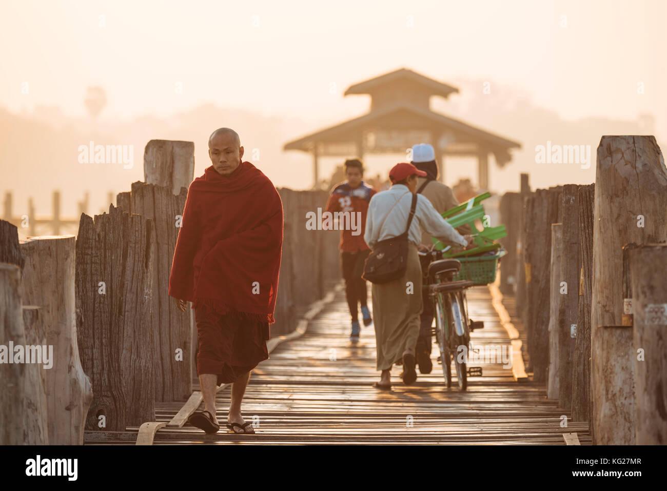 Am frühen Morgen des Fußgängerverkehrs auf u-bein Brücke, amarapura, Mandalay, Mandalay, Myanmar Stockbild