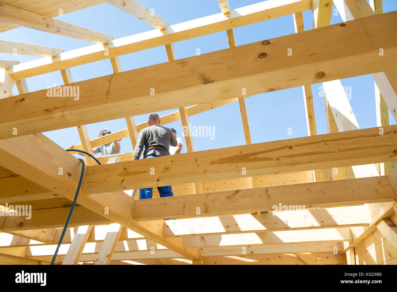 Baumeister bei der Arbeit mit Dachkonstruktion aus Holz Stockfoto ...