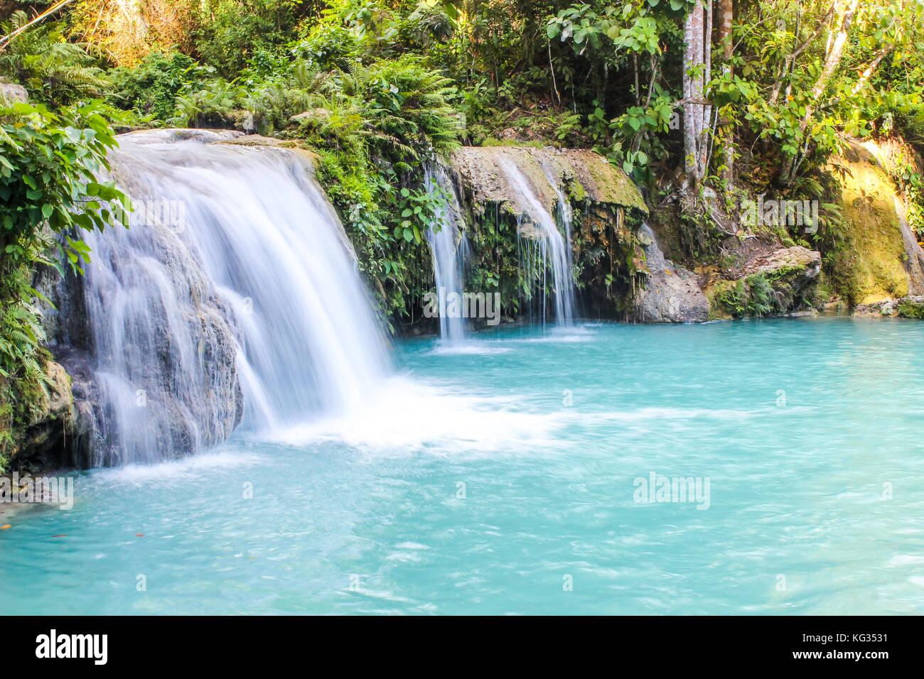 Wunderschöne Wasserfälle im Dschungel von siquijor auf den Philippinen. Stockbild