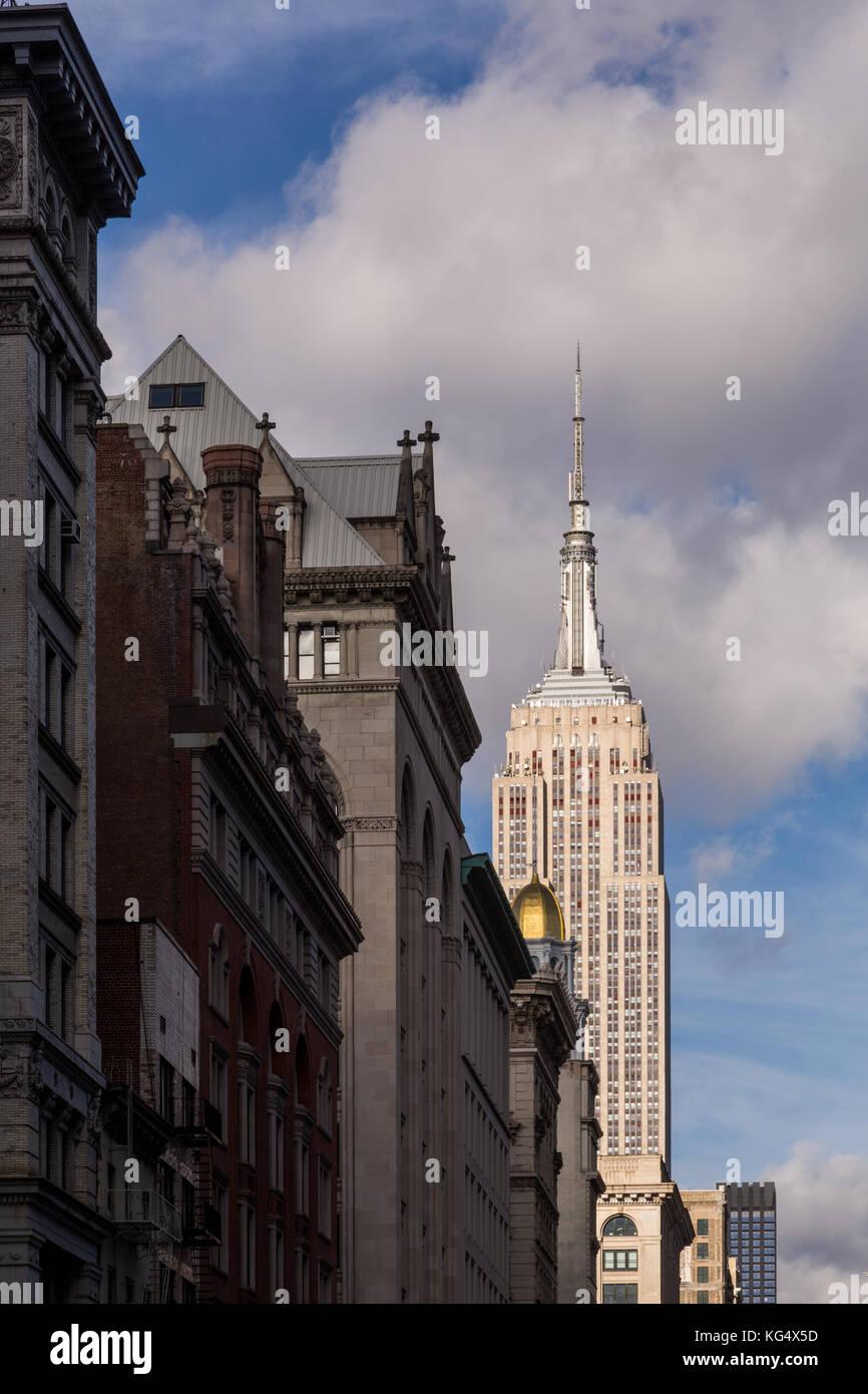 Empire State Building Blick nach Norden auf die Sixth Avenue von der 18. Straße, New York City. Stockbild