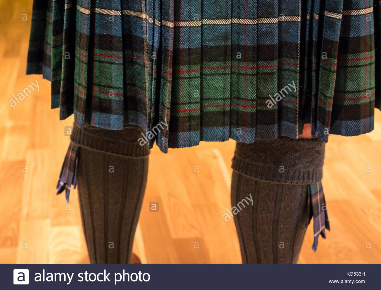 In der Nähe der Rückseite der ein Mann mit einem MacRae tartan Kilt, mit Kilt Socken mit Tartan blinkt Stockbild