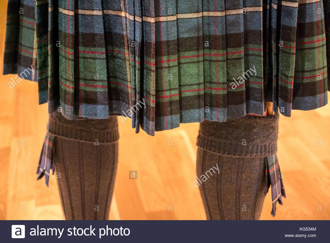 In der Nähe der Rückseite der ein Mann mit einem MacRae tartan Kilt, mit Kilt Socken, blinkt und Sgian Stockbild