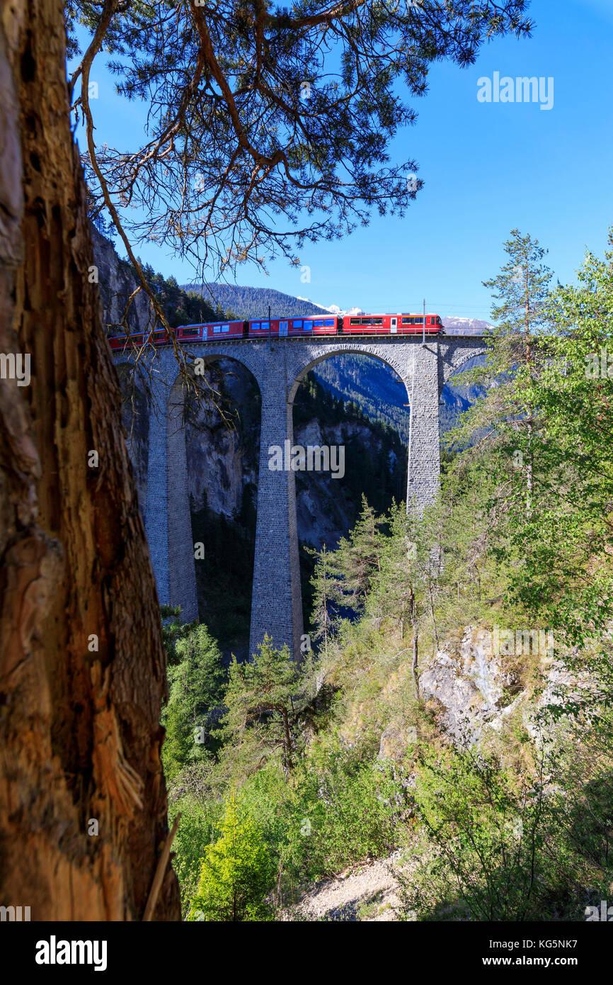 Bernina Express Zug auf Landwasser Viadukt, filisur, Albula Region, Kanton Graubünden, Schweiz, Europa Stockbild