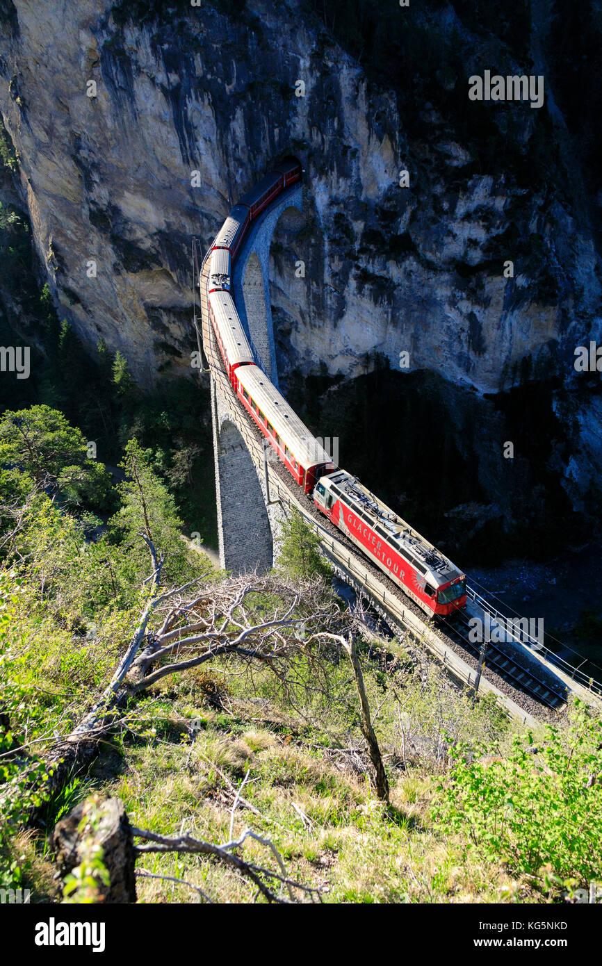 Ansicht der Bernina Express auf Landwasser Viadukt, filisur, Albula Region, Kanton Graubünden, Schweiz, Europa Stockbild