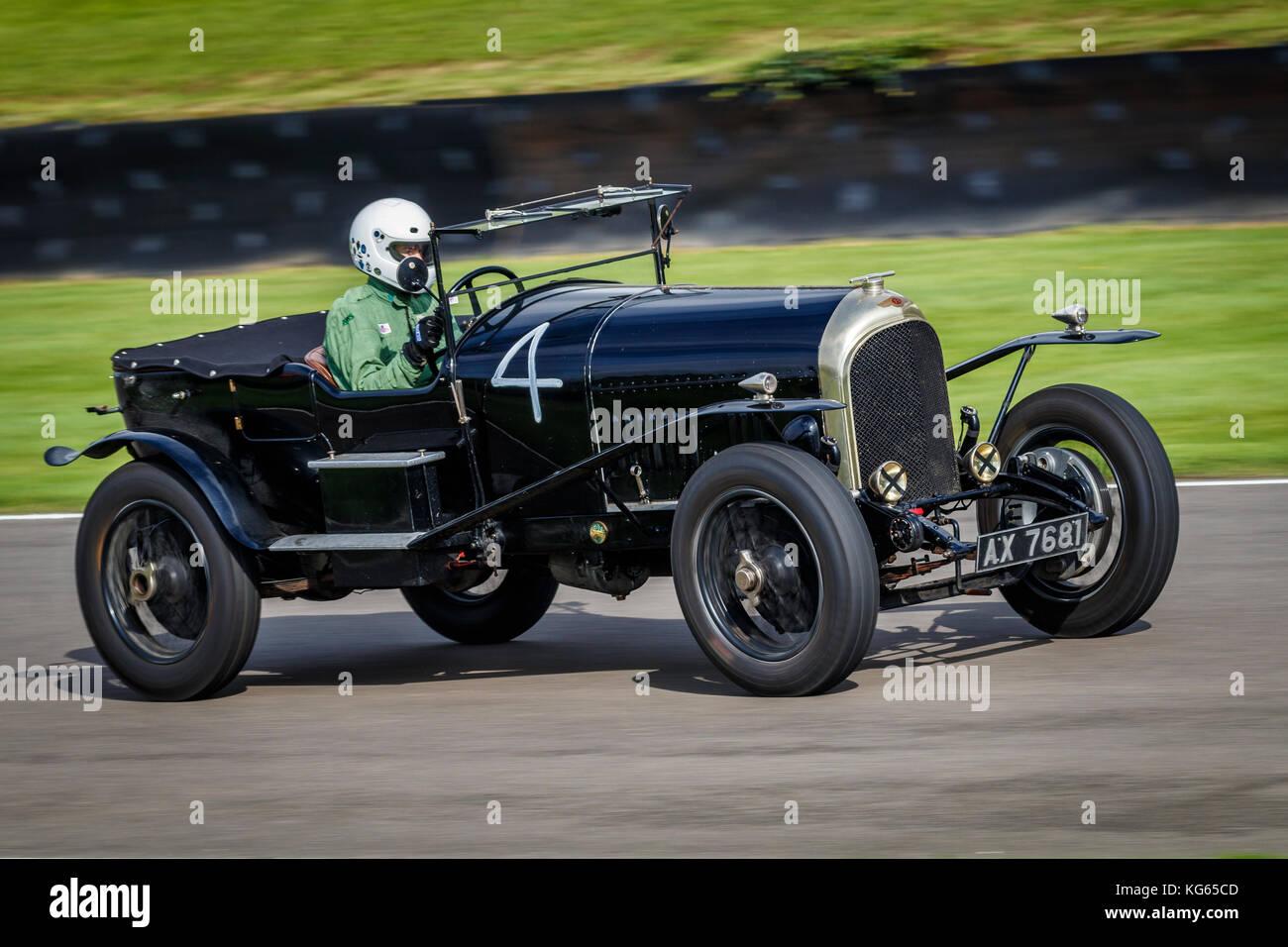 1925 Bentley speed Modell mit Fahrer ben Collings während des brooklands Trophy Rennen auf dem Goodwood Revival Stockbild