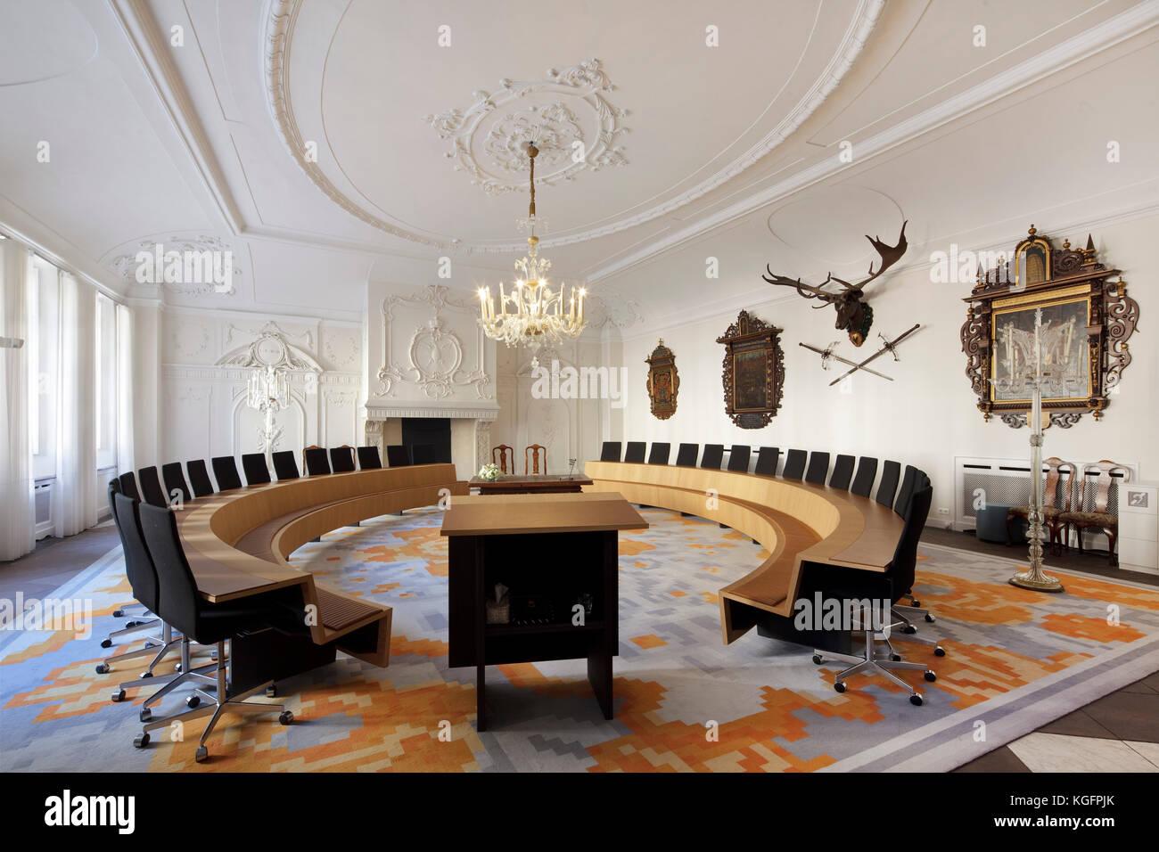 Hochzeit registry Zimmer im ursprünglichen Gebäude mit modernen Horseshoe Tabellen und antike Gegenstände Stockbild