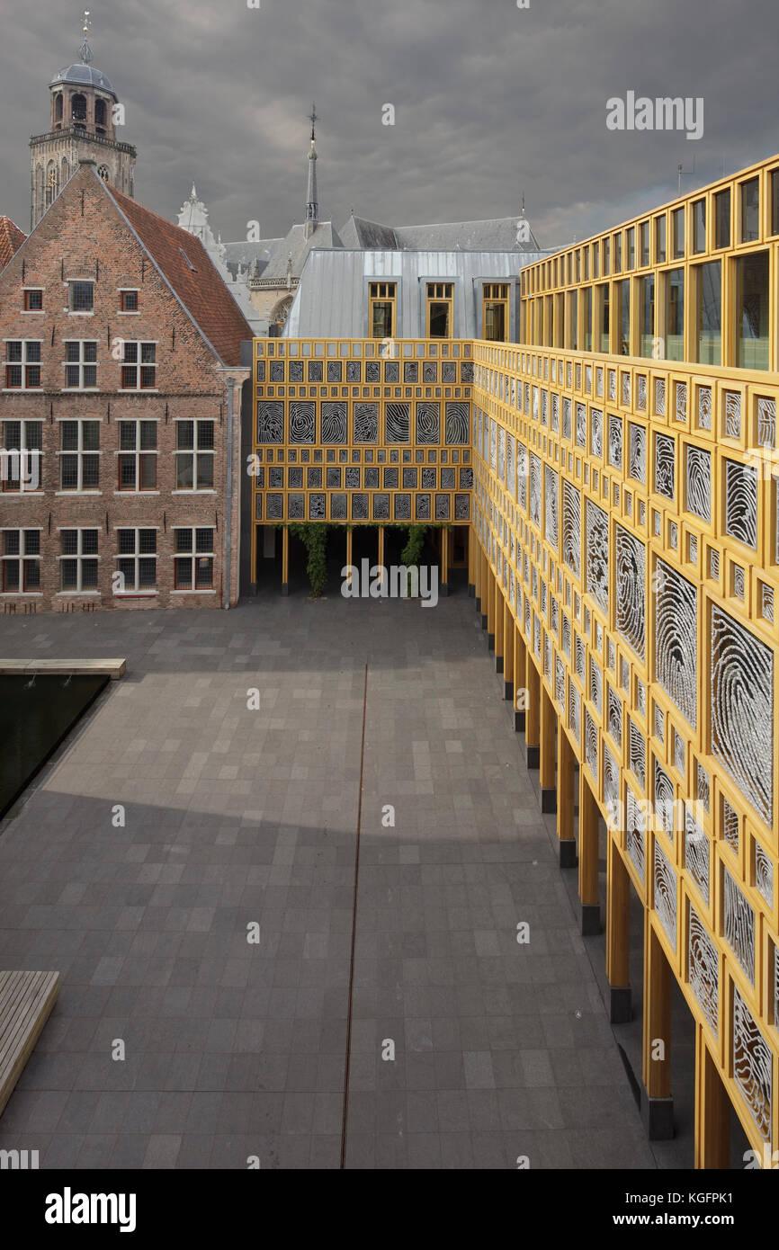 Externe Innenhof gegen bewölkten Himmel mit Blick in Richtung grote kerkhof. deventer City Hall, Deventer, Stockbild
