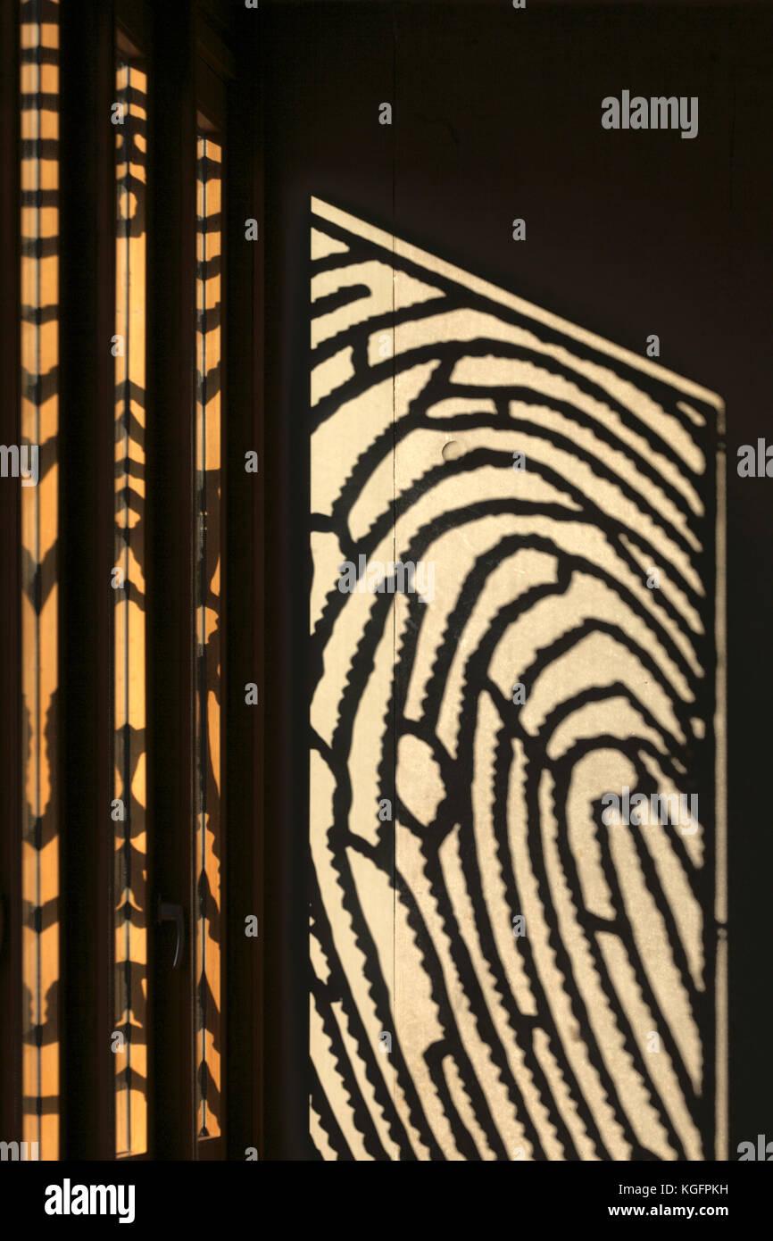 Sonnenlicht durch Aluminium Fingerabdruck panel mit Eiche Fensterrahmen. deventer City Hall, Deventer, Niederlande Stockbild