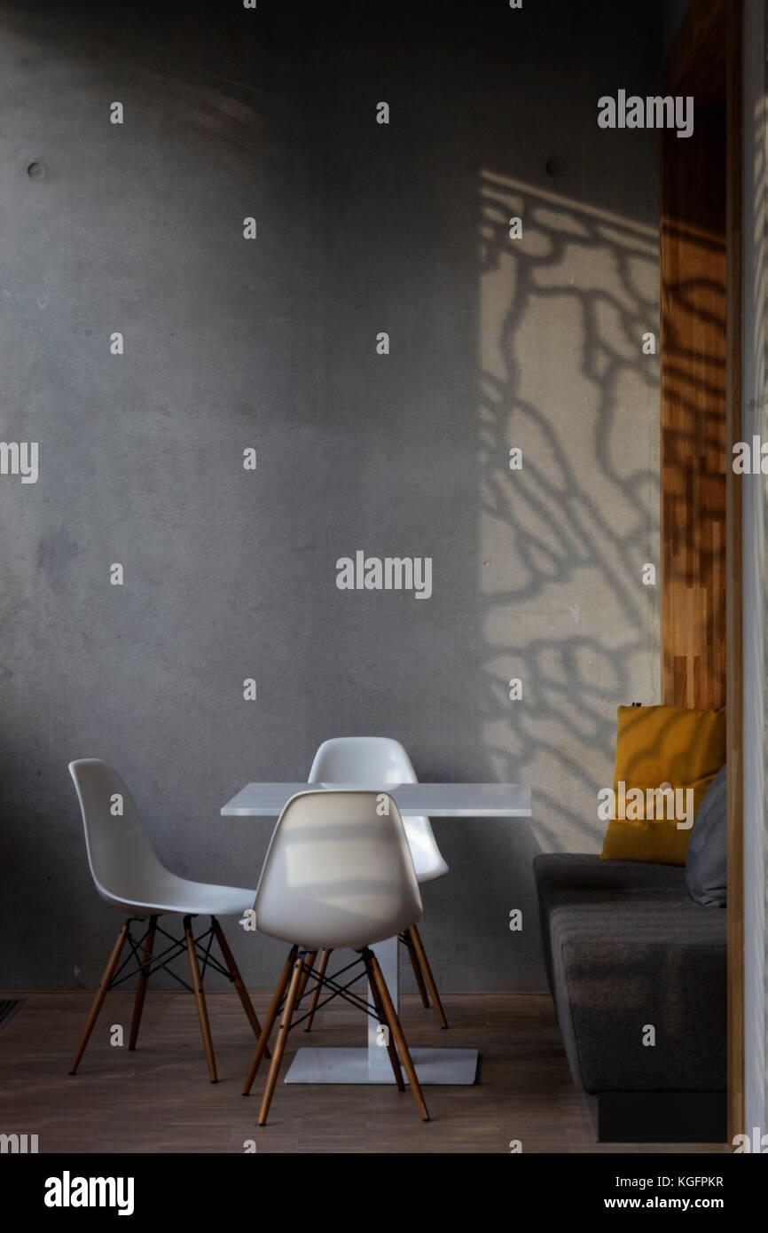 Weißer Tisch und Stühle im Restaurant mit schrägen Abend Sonnenlicht und Schatten von Aluminium Fingerabdruck Stockbild