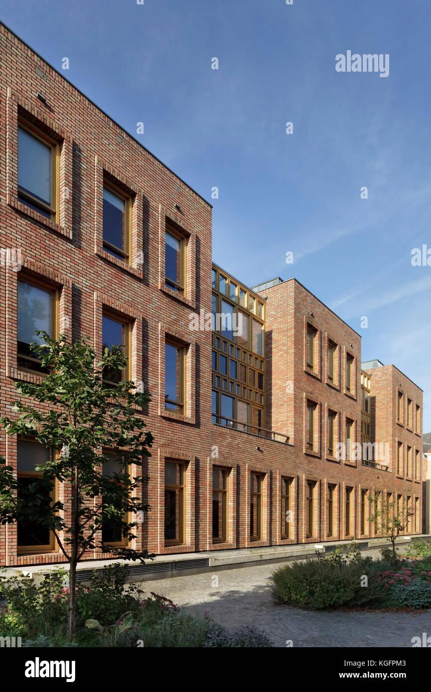 Seitenansicht in Backstein im Morgenlicht. deventer City Hall, Deventer, Niederlande Architekt: Neutelings Riedijk Stockbild