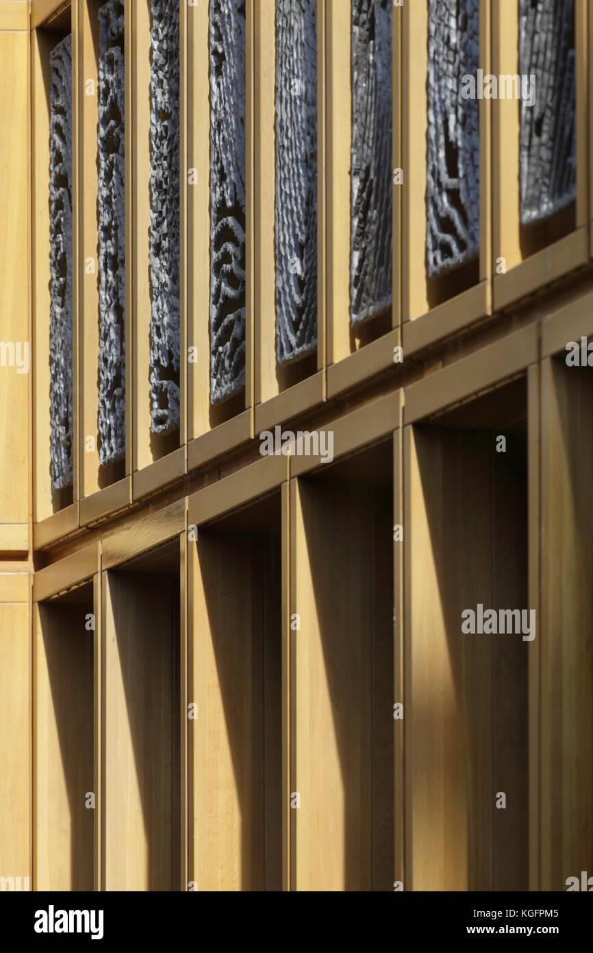 Detail Aluminium Fingerabdruck Panels und Eiche Fenster umgibt, und Schatten auf externe Kolonnade unter. deventer Stockbild