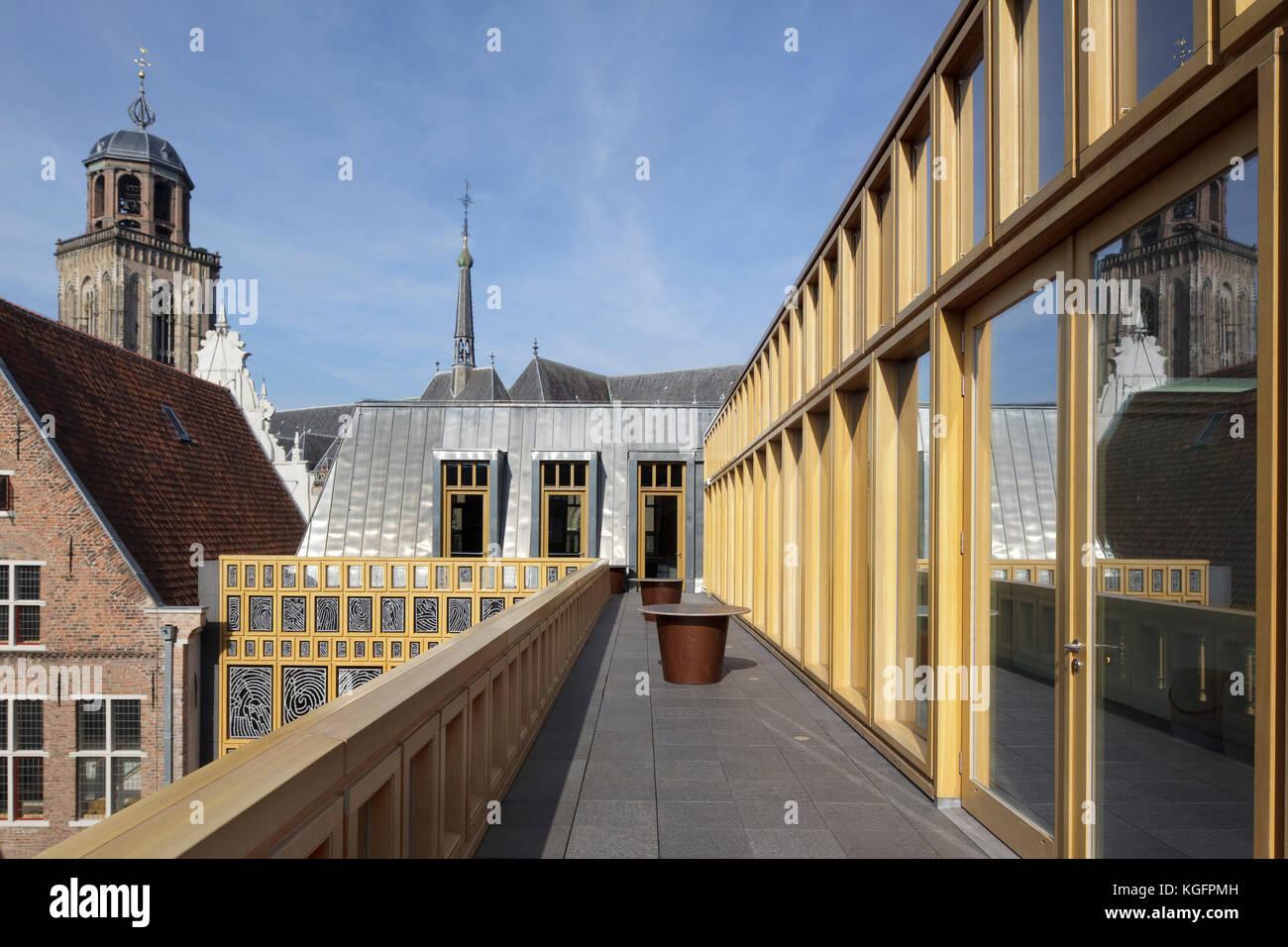 Blick von der Dachterrasse über die Dächer in Richtung Gehweg grote kerkhof. deventer City Hall, Deventer, Stockbild