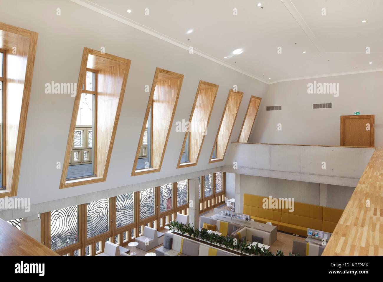 Lichtdurchflutete obere Ebene Tagungsraum mit Mansardendach und Blick nach unten Restaurant. deventer City Hall, Stockbild