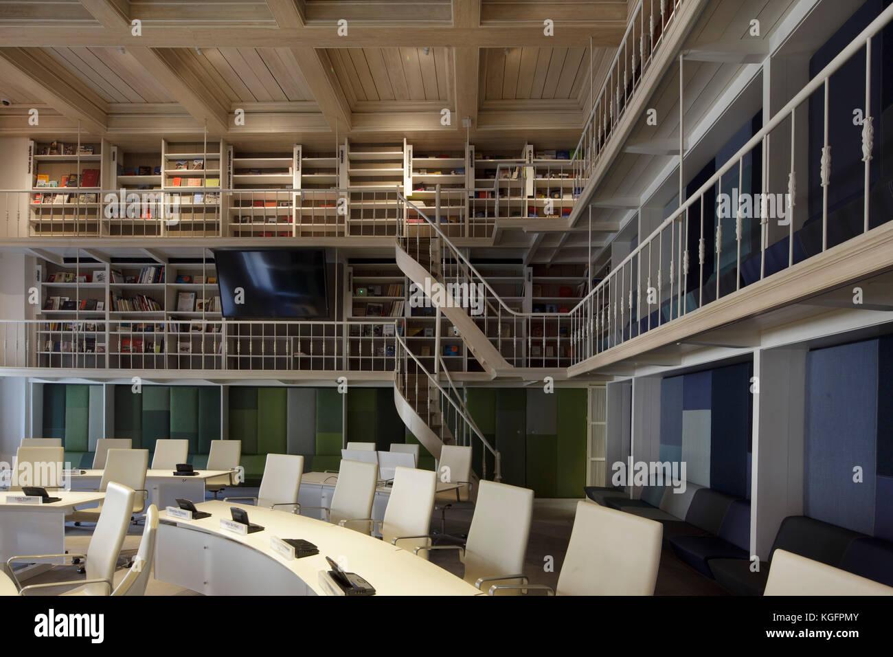 Gemeindeversammlung Kammer mit zeitgenössischen kreisförmigen Sitzbereich und Bücherregalen und Laufstegen Stockbild