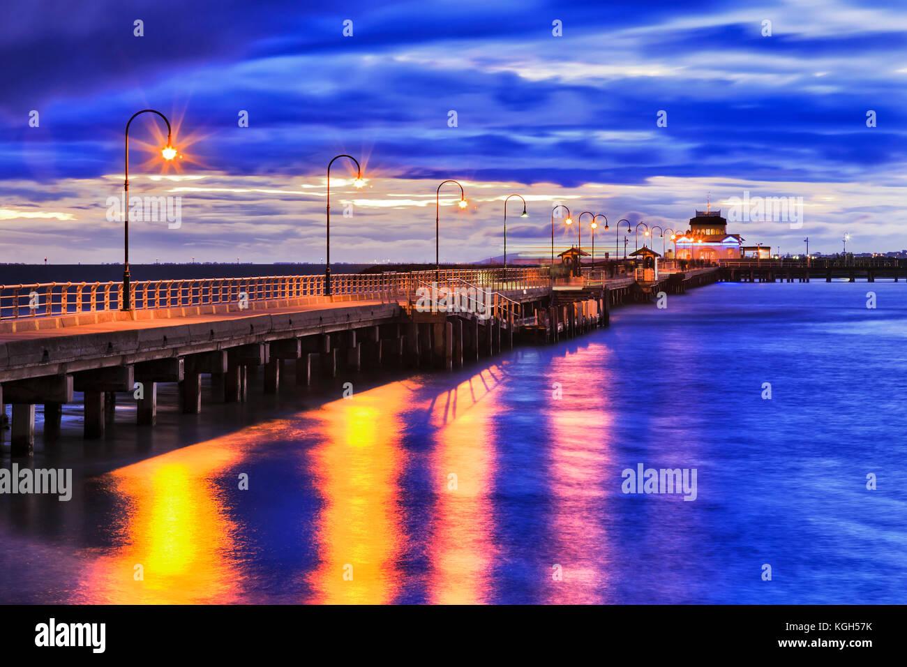 Stürmische Sonnenuntergang am Port Philip Bay um St Kilda Strand historischen Fachwerkhäuser Bootsanleger Stockbild