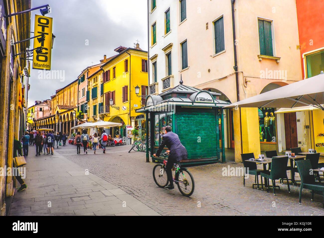 Das tägliche Leben in Italien. ein Geschäftsmann im Fahrrad überqueren eine der zentralen Straßen Stockbild