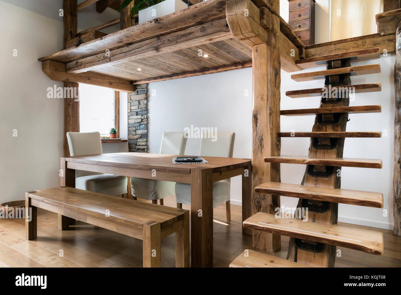 Holz  Tisch Im Esszimmer Unter Zwischenboden