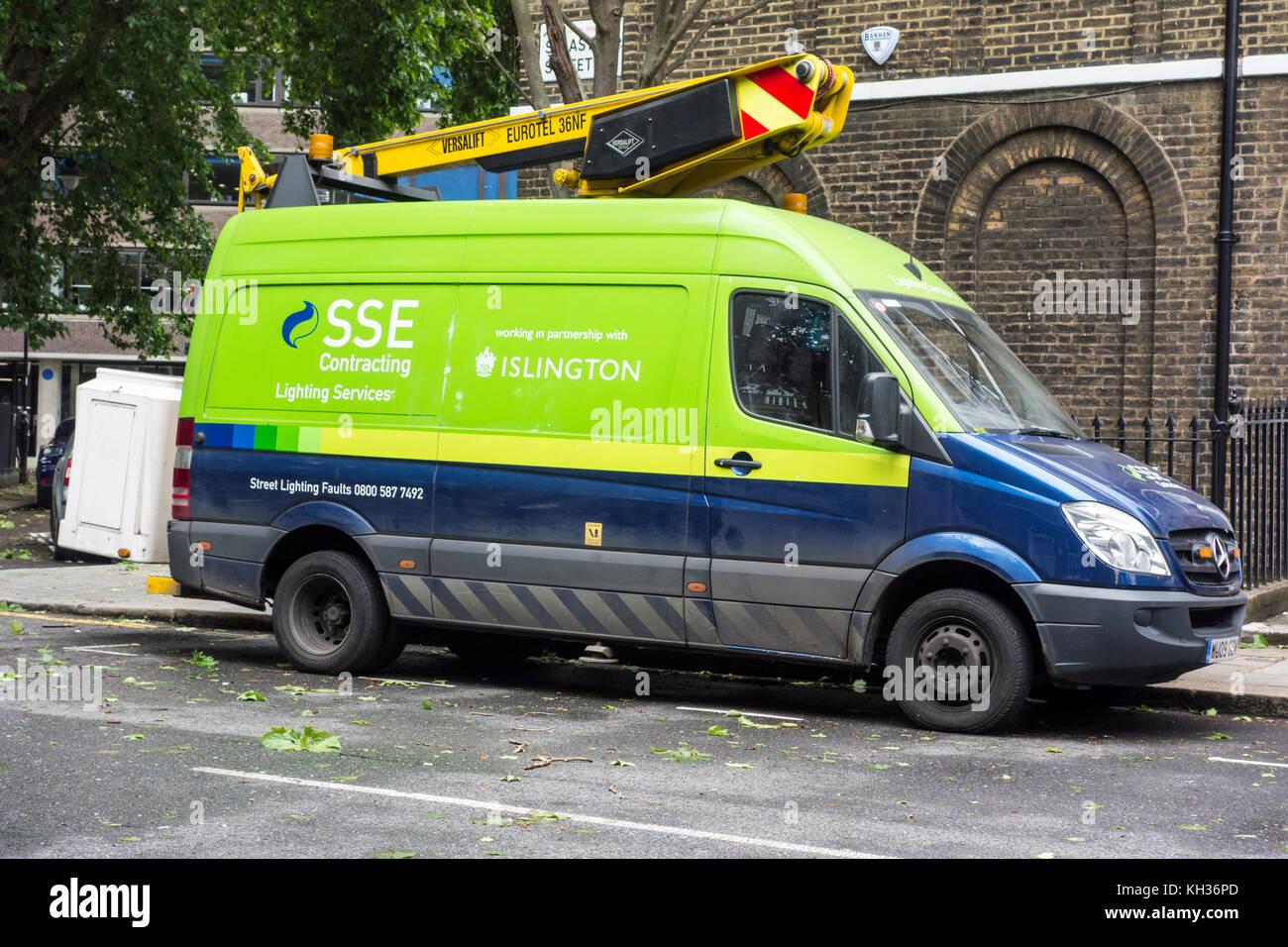Sse Beleuchtung Dienstleistungen in Islington an einem windigen Tag mit Blätter auf dem Boden, London, UK Stockbild