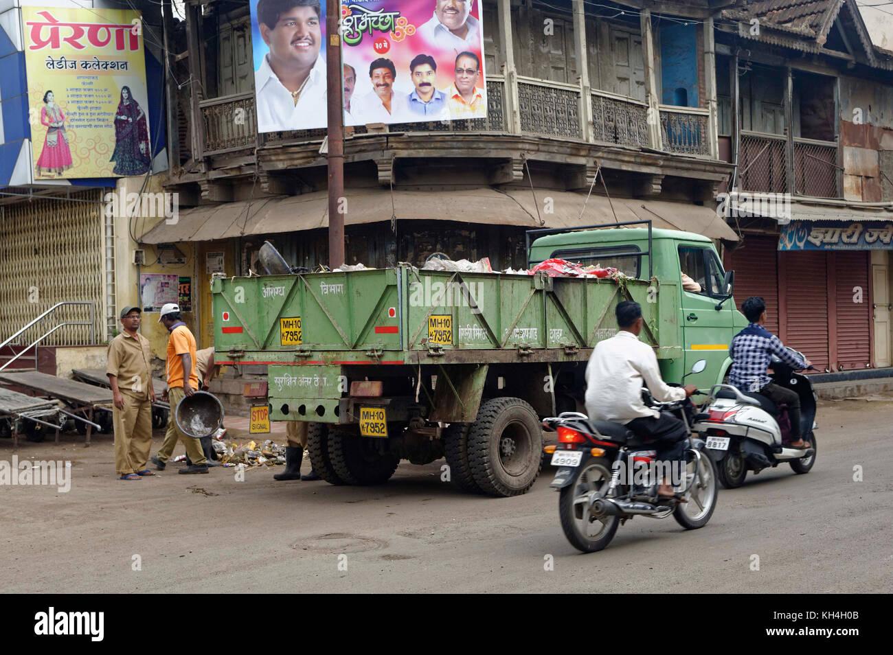 Mann Reinigung Müll, miraj, Maharashtra, Indien, Asien Stockbild