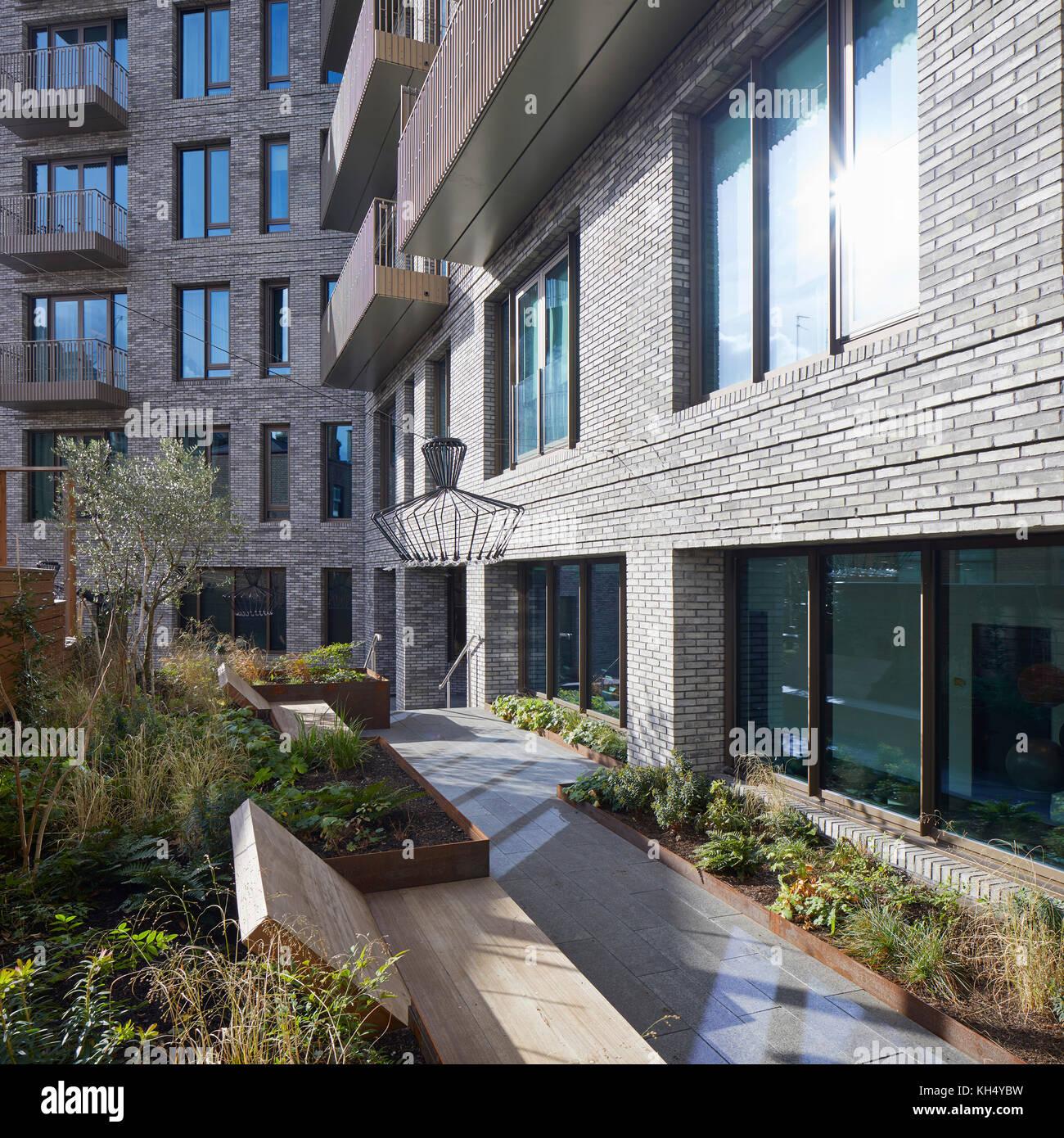 Außenansicht mit Garten. 55 Victoria Street, London, Großbritannien Architekt: steif+trevillion Architekten, Stockbild