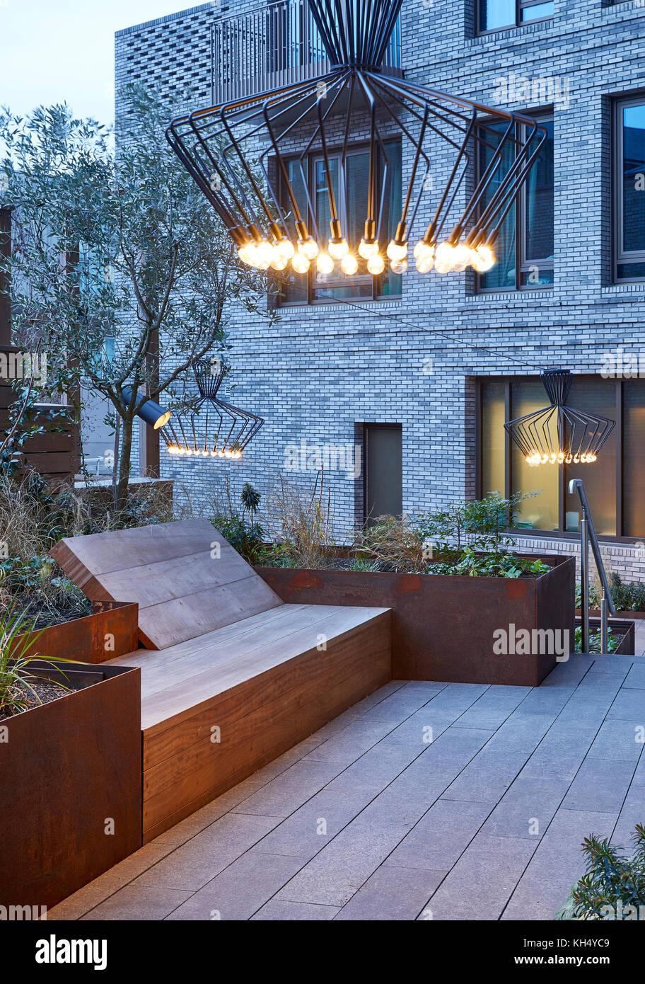Angelegter Garten mit Beleuchtung, hob Metall Garten Betten und Holzmöbeln. 55 Victoria Street, London, Großbritannien Stockbild