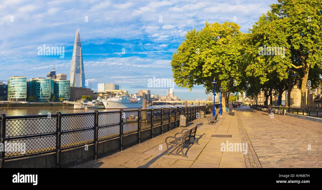 London - das Panorama von Thames Riverside und Shard von der Promenade im Morgenlicht. Stockbild