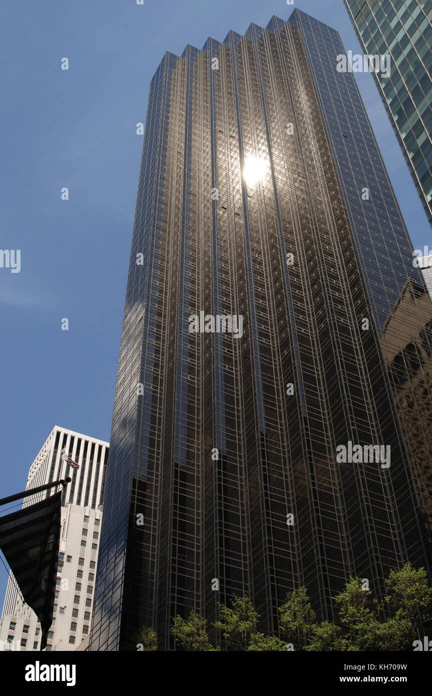 Usa. New York. Trump Tower. Suchen nach oben von der Fifth Avenue Eingang. Architekt: der fromus (1934-2010) Manhattan. Stockbild