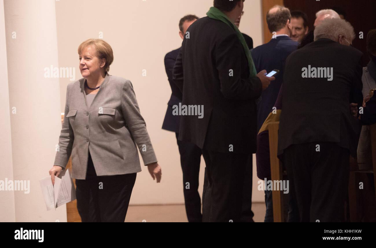 Berlin, Deutschland. 19 Nov, 2017. CDU-Vorsitzende und Bundeskanzlerin Angela Merkel einen Flur entlang der Vertretung Stockbild