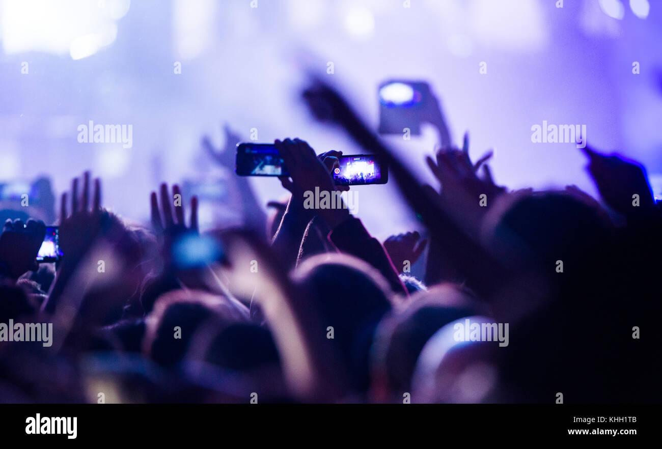 Berlin, Deutschland. 17. Nov, 2017. konzertbesucher Film die Leistung während des Konzerts der Band gorillaz Stockbild