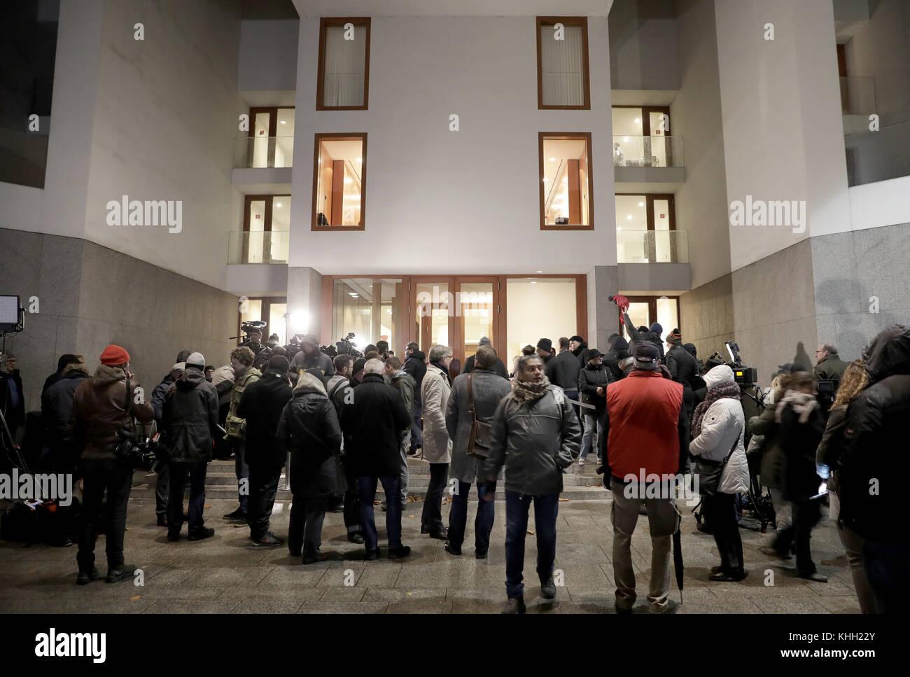 Berlin, Deutschland. 19 Nov, 2017. Reporter während der 'Jamaika' Sondierungsgespräche vor der Stockbild