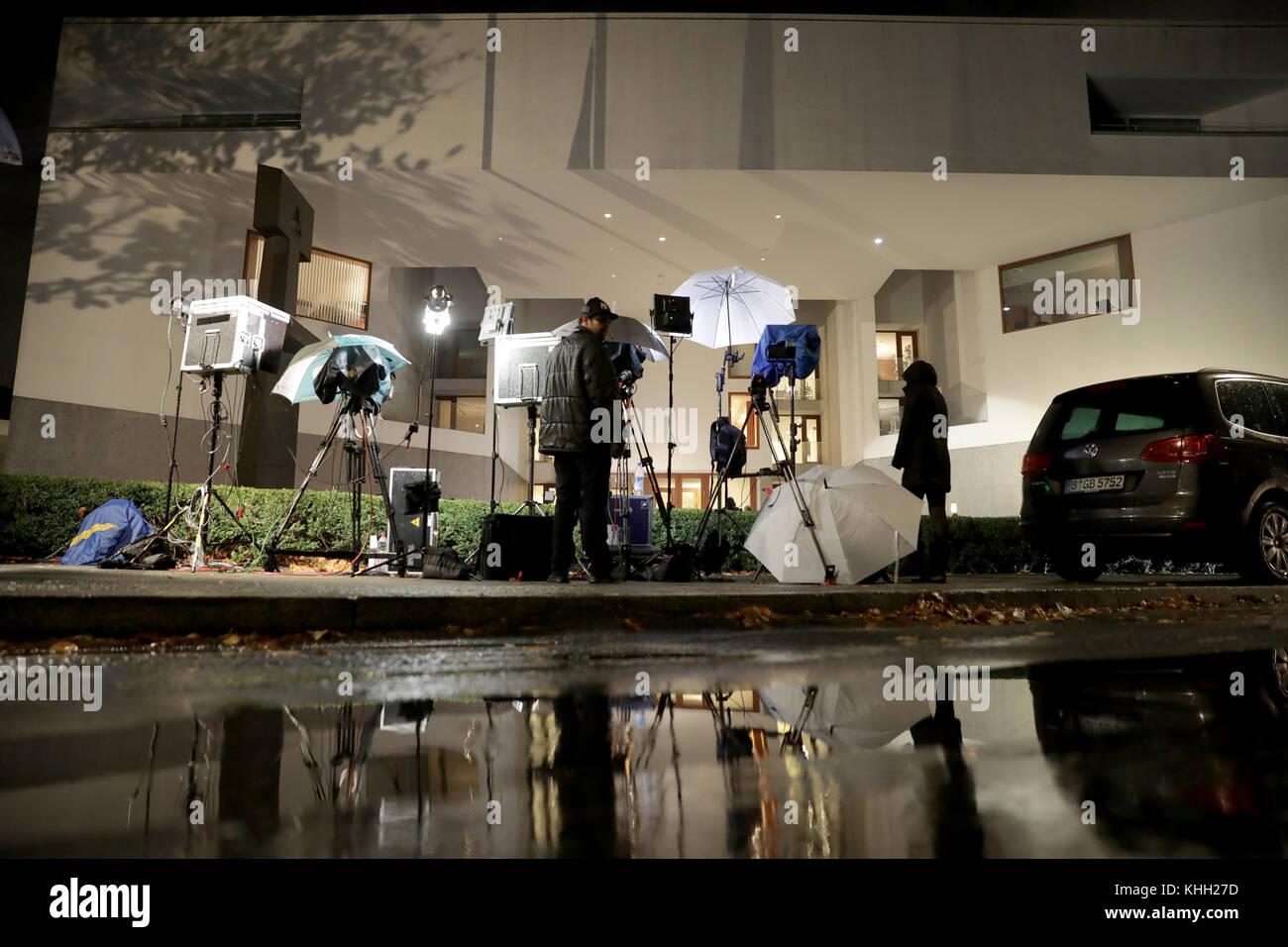 Berlin, Deutschland. 19 Nov, 2017. Reporter während der 'Jamaika' Sondierungsgespräche zwischen Stockbild