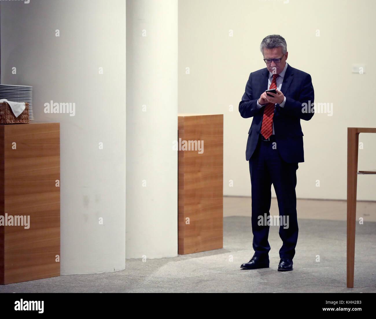 Berlin, Deutschland. 19 Nov, 2017. Die deutschen Innenminister Thomas de Maizière (CDU) in der Flur der Vertretung Stockbild