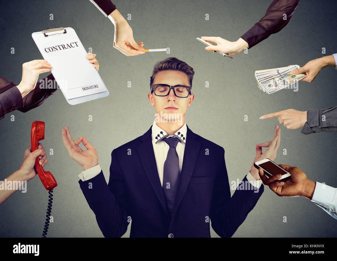 Junge Geschäftsmann ist Meditation Stress der hektischen Corporate leben zu entlasten Stockbild