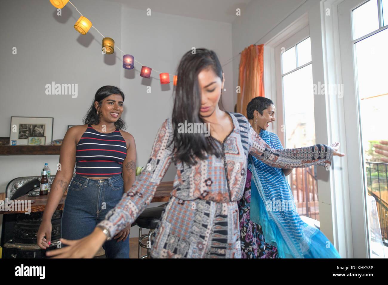 Junge Frauen tanzen auf einer Party Stockbild