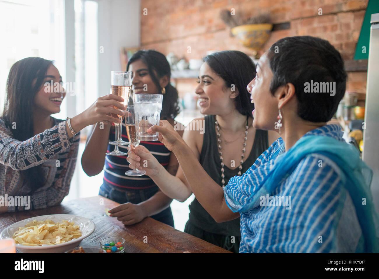 Junge Frauen, die einen Toast auf einer Party Stockbild