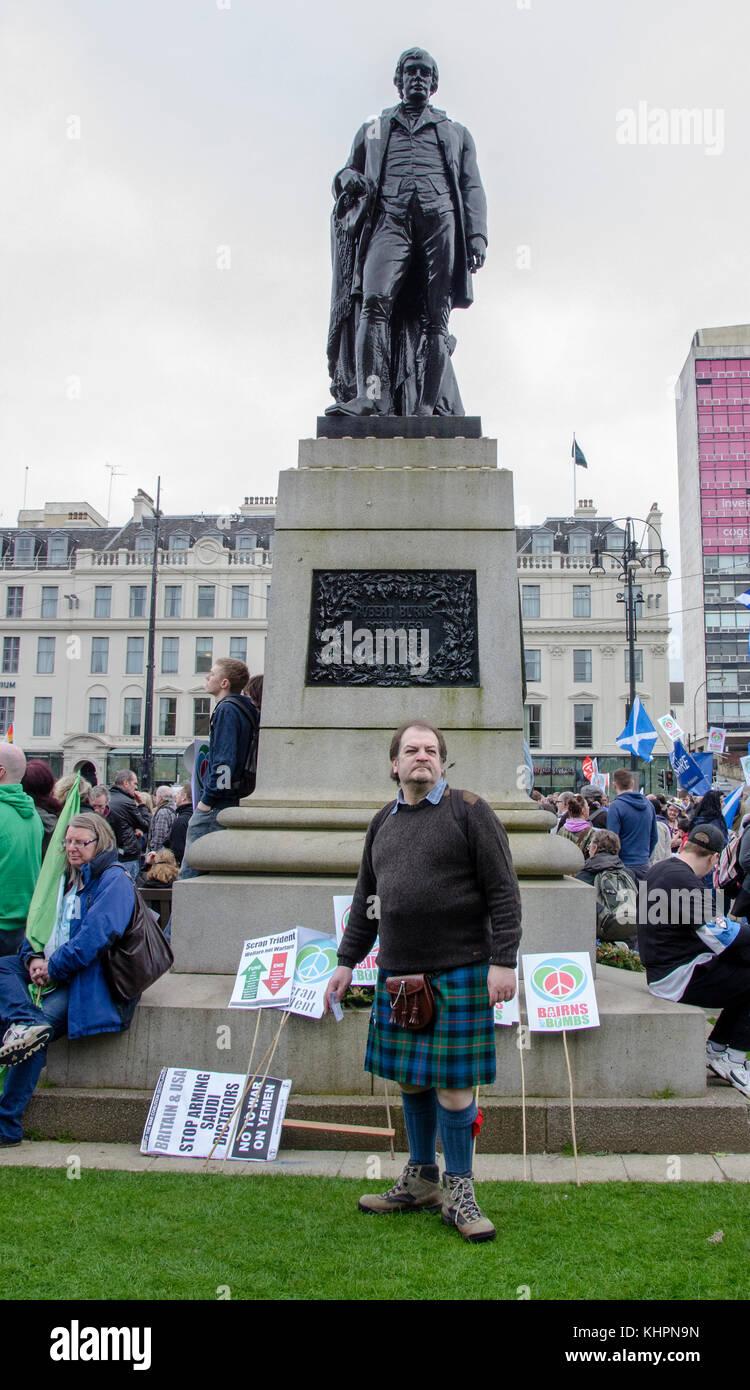 Glasgow, Schottland - 04 April 2015: der Mann, der in den Kilt neben der Robert Burns Statue. Dies wurde bei der Stockbild